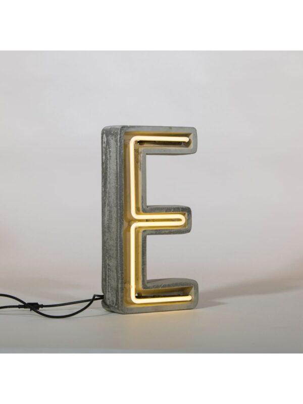Alphacrete Tischlampe - Buchstabe E Weiß   Grau   Seletti BBMDS Cement