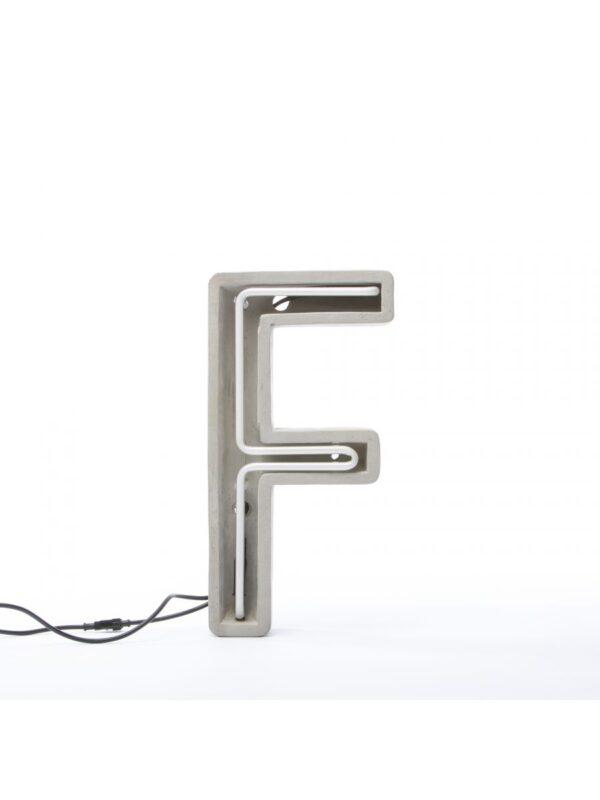 Alphacrete Tischlampe - Buchstabe F Weiß | Grau | Seletti BBMDS Cement