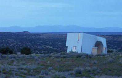 """Casa de metal """"monolítica"""" en el desierto, de Steven Holl"""