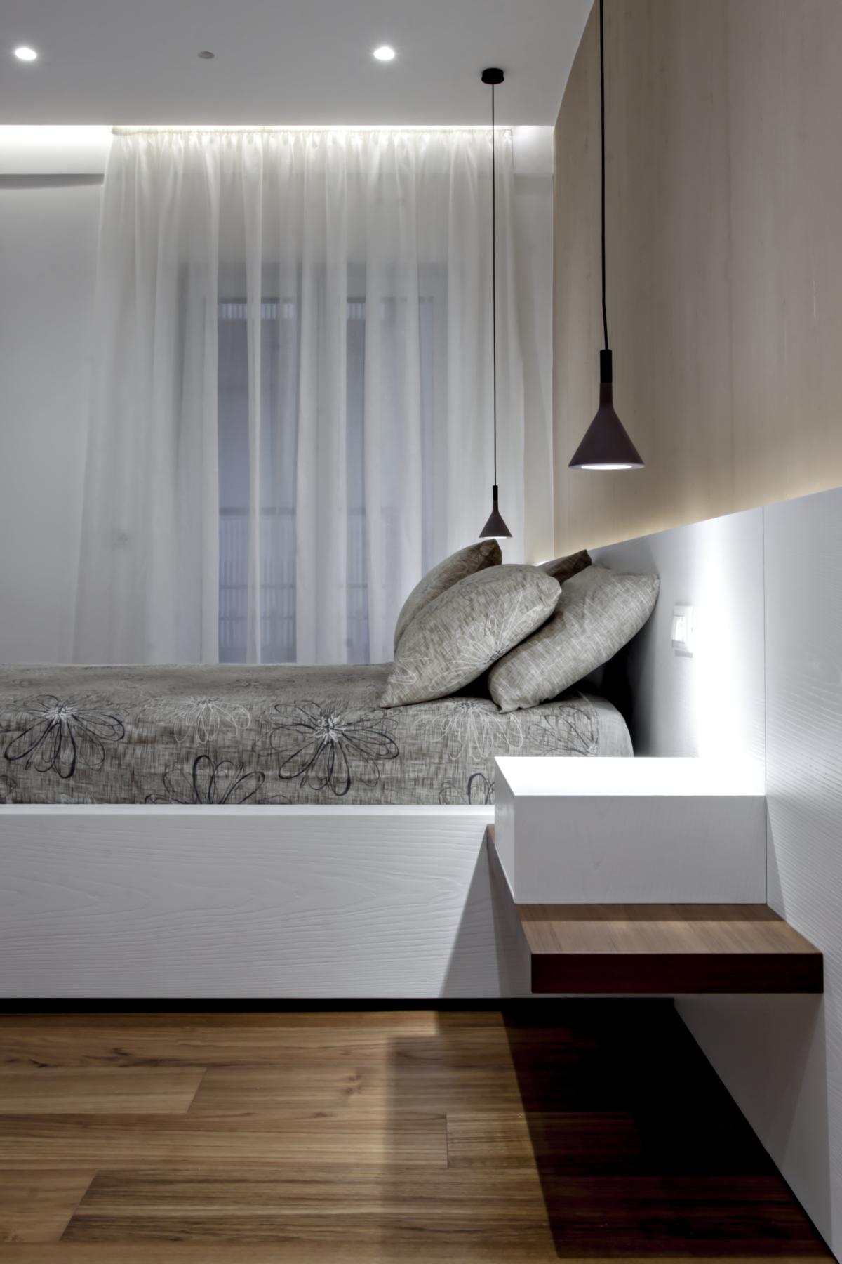 Dans la zone de couchage, chaque élément, de l'habillage rétro-éclairé qui sert de tête de lit à la structure de lit à la hauteur des armoires, a été spécialement conçu par Michel-Ange Olivieri et fait brossé et le chêne laqué à pores ouverts.