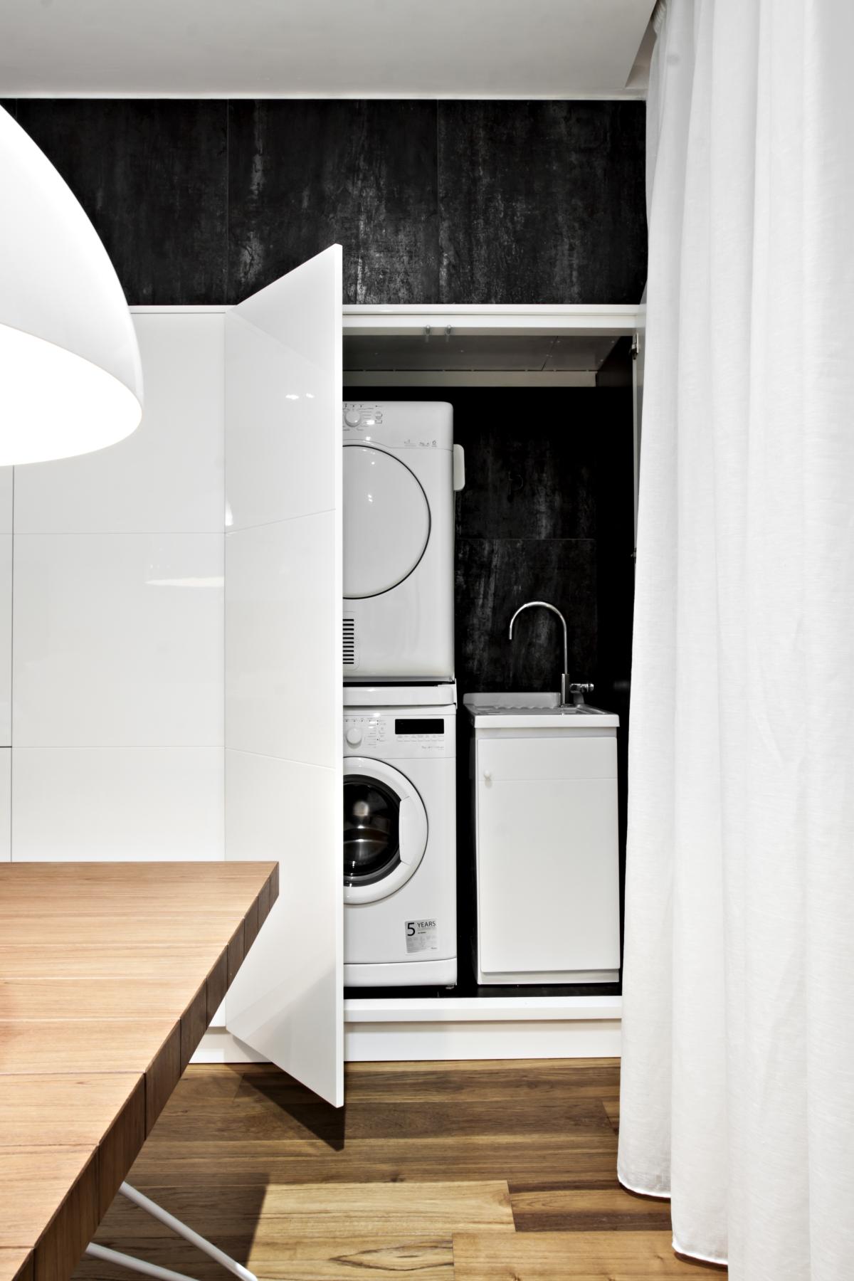 Les récipients en laqué brillant MDF intègrent tous les éléments structurels, tels que les appareils ménagers et les ustensiles.