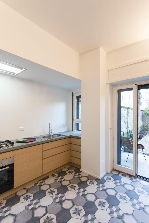 Blanc et d'inspiration pour le design scandinave, plus studio Ultra, converti en duplex Milan